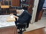 ר' חיים קנייבסקי יושב על הכסא