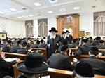 הרבי מבאבוב בביקור בישיבה בבני ברק