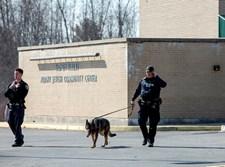 שוטרים אמריקנים מפטרלים עם כלב