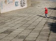 ילד הולך בכביש // אילוסטרציה