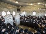 הרבי מבאבוב בטיש יארצייט ועליה לציון אחיו