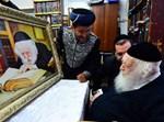 """הגר""""ח קנייבסקי מקבל משלוח מנות ציור שלו"""