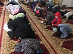 הילדים משתחווים במסגד (באדיבות ערוץ 20)