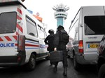 שוטרים צרפתיים בדרך לאירוע הטרור בשדה התעופה. רויטרס