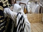 יהודי מתפלל לעצירת מגיפת הקורונה