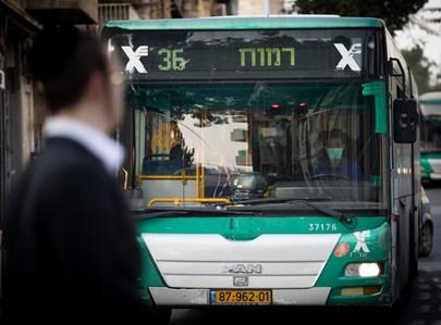 חרדי על רקע נהג אוטובוס עם מסכה