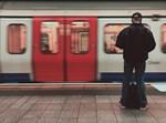 גבר בתחנת רכבת