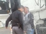 השוטר בועט בפניו של הנוסע, צילום מסך