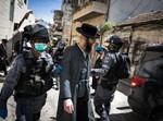שוטרים מבצעים אכיפה במאה שערים