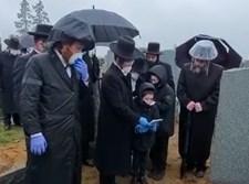 היתומים בקדיש על יד הקבר הטרי