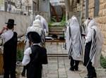 יהודים מתפללים בצל הקורונה