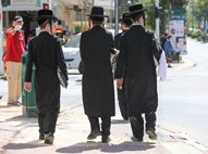 בחורים חסידיים צועדים בבני ברק