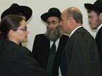 הרב מרקוביץ ופרקליטיו בהתייעצות בבית המשפט (צילום ארכיון: הגולש וורטלאך)