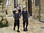 ילדים במאה שערים עם מסכות