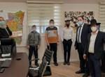 ילדי בית הספר שתילים מגישים לראש העיר את המתנה