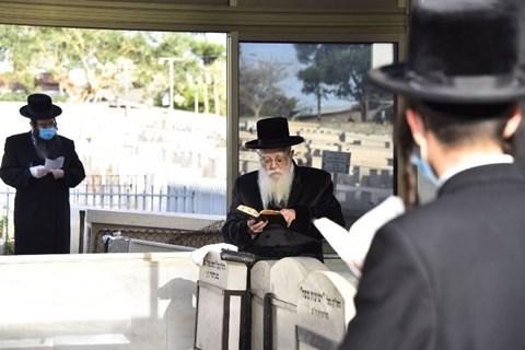 הרבי משאץ ויז'ניץ בציון אביו ראש הישיבה