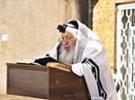 הרבי מנאראל בתפילת שחרית במרפסת