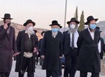 """הגרא""""י סולובייצ'יק ובנו במסע הלוויה עם מסכה"""