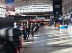 אנשים ממתינים לטיסה