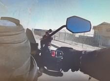 הנערים על האופנוע