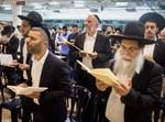 מתפללים בבית הכנסת