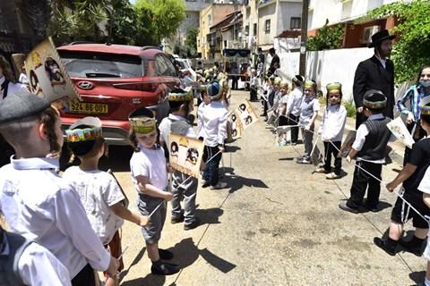 ילדי סאדיגורה בתהלוכה בערב שבועות