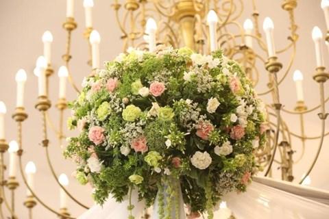 קישוט פרחים בבית כנסת במודיעין עילית