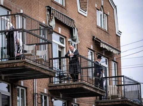 תפילת מרפסות בברוקלין בימי הקורונה