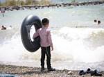 ילד על חוף ים. אילוסטרציה
