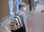 ילד בדרך לבית ספר