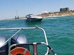 שוטרים מחלצים סירה, רגע לפני שהתרסקה