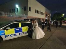 הזוג הטרי ליד ניידת המשטרה