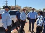 """המפכ""""ל מוטי כהן עם שוטרים"""