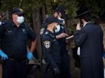 שוטרים אוכפים את תקנות הקורונה