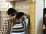 ילדים מעתירים בתפילה בציון של הרבי