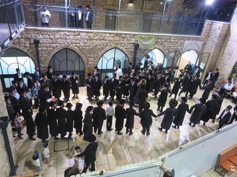 הרבי מספינקא ירושלים בהדלקה במירון