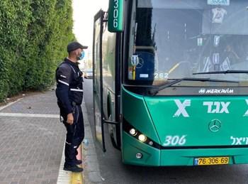 שוטר באכיפת ההנחיות באוטובוס