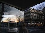 נוסע ממתין לאוטובוס בצרפת