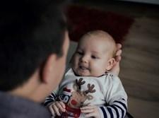 אב ובנו התינוק. אילוסטרציה