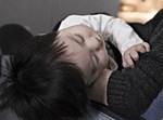 תינוק בידי אמו