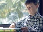 ילד קורא ספר