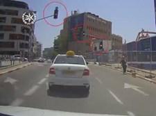 נהג המונית חוצה באור אדום