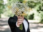 מגיש זר פרחים