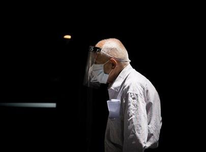קשיש צועד עם מסכה