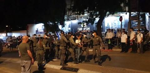 """מעצר בהפגנה סמוך למעון ראה""""מ"""