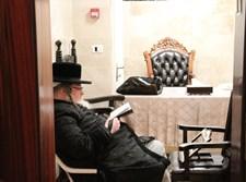 הרבי מפיטסבורג בט' באב בחדרו