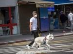 אדם מטייל עם כלב בתל אביב