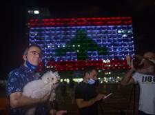 """בניין עיריית ת""""א מואר בדגל לבנון כאות הזדהות"""