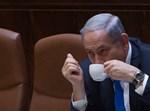 נתניהו שותה קפה בדיון ארוך במליאה