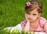 ילדה על דשא
